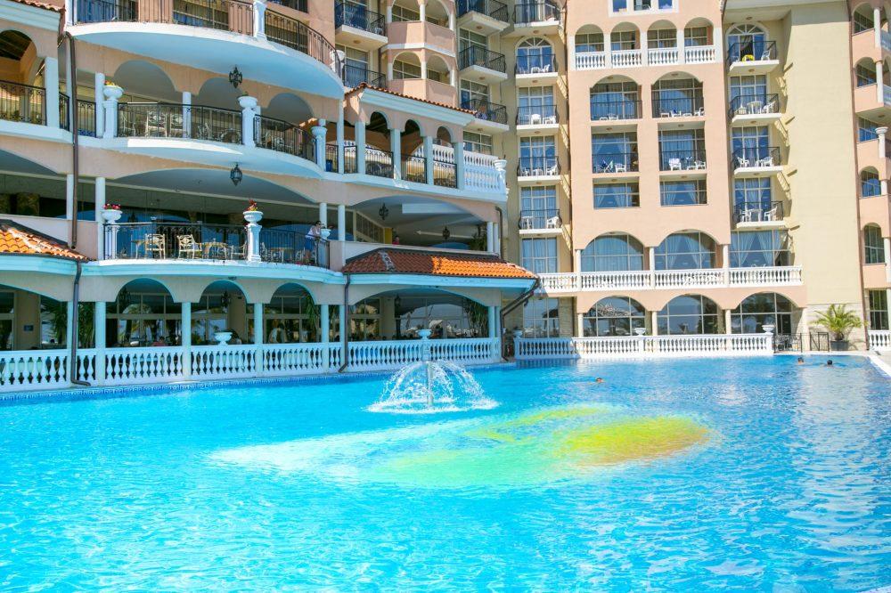 Външен басейн Хотел Роял Парк Елените