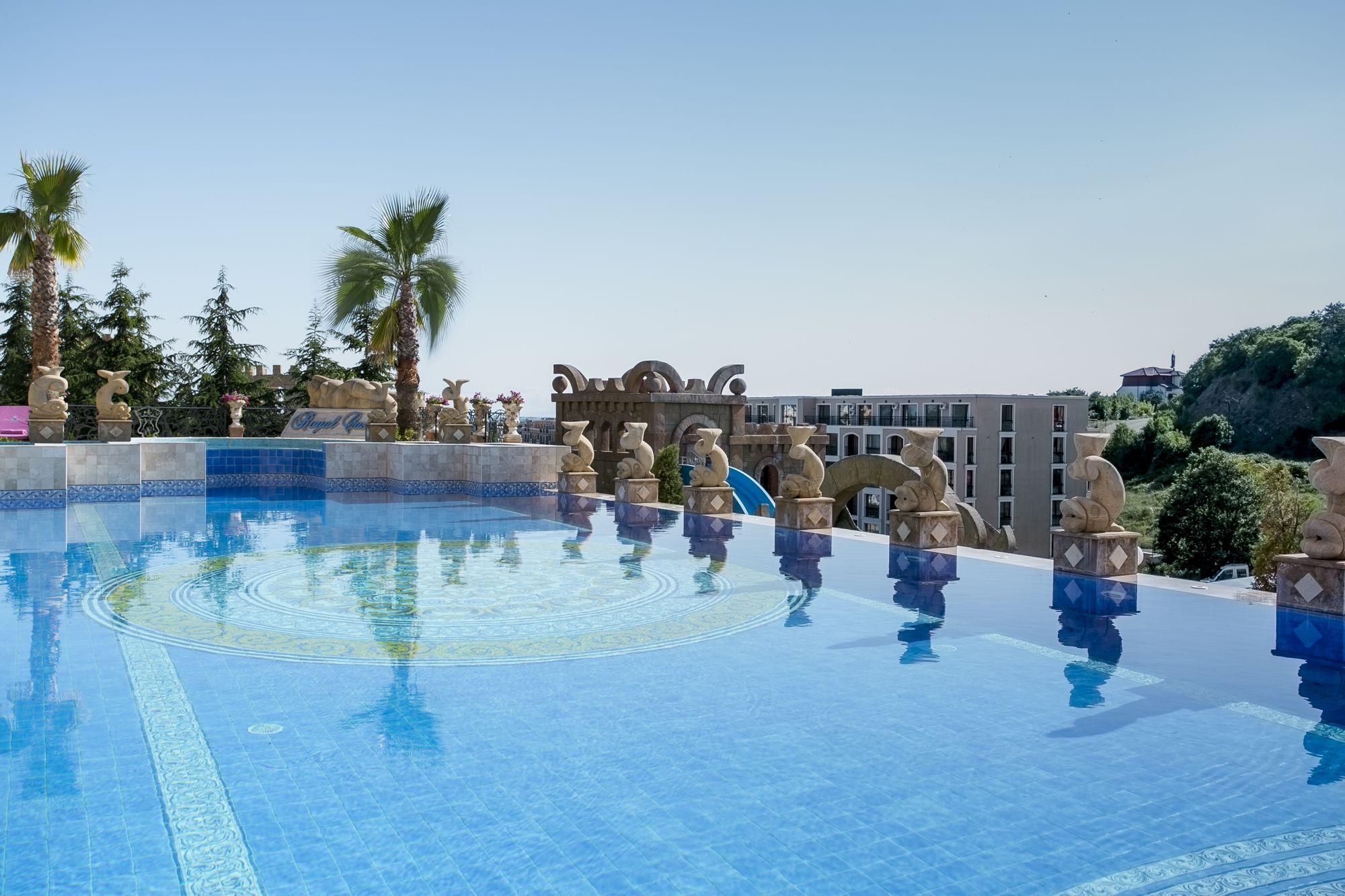 Външен басейн Хотел Роял Касъл
